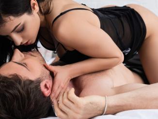 Paar bereitetet sich auf Prostata Massage vor
