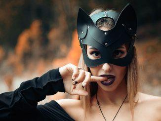Frau verkleidet sich als Katze zum PetPlay